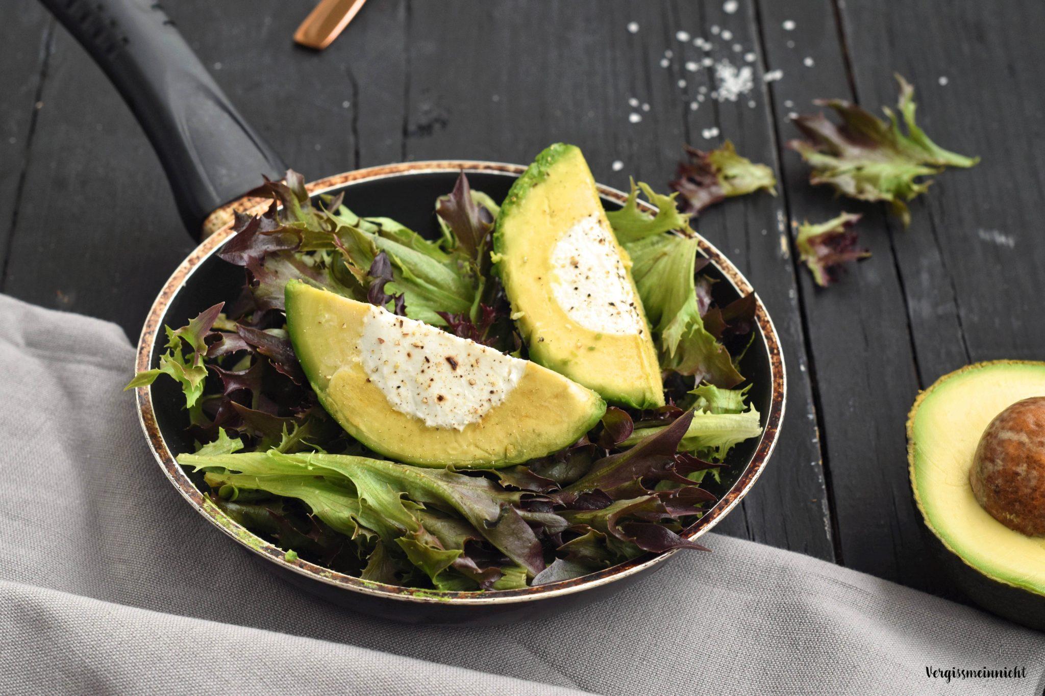 avocado mit ziegenk se gef llt auf salat angerichte vegetarisch. Black Bedroom Furniture Sets. Home Design Ideas