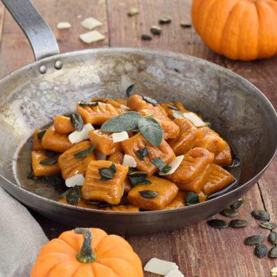 Leckere vegane Kürbis Gnocchi mit einer Salbeibutter serviert. Das Rezept für die Gnocchi ist wirklich sehr einfach zum selbst machen und schmeckt sehr gut.
